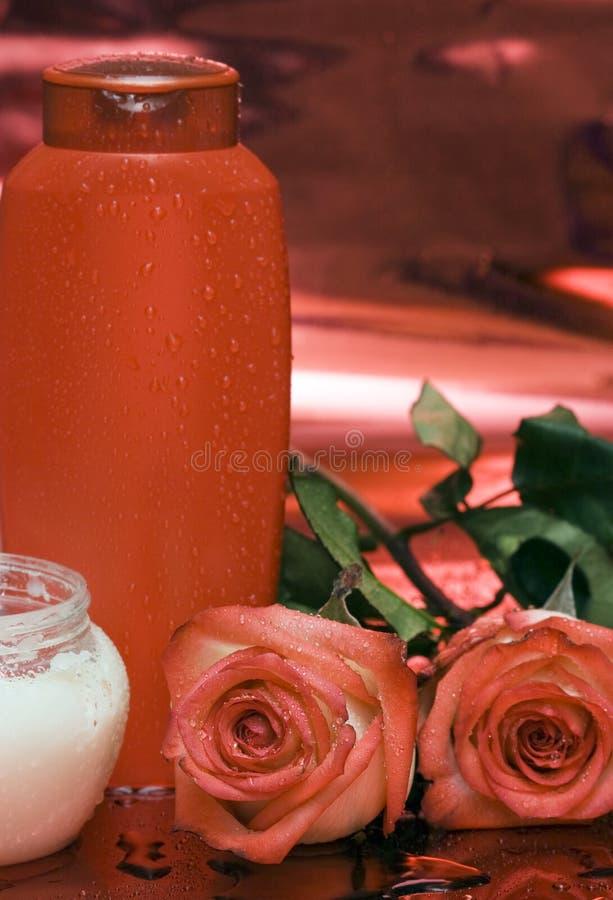 Frasco do champô e das rosas imagem de stock royalty free