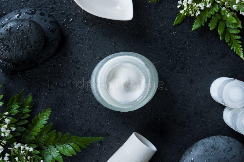 Frasco do creme hidratante no fundo natural imagem de stock