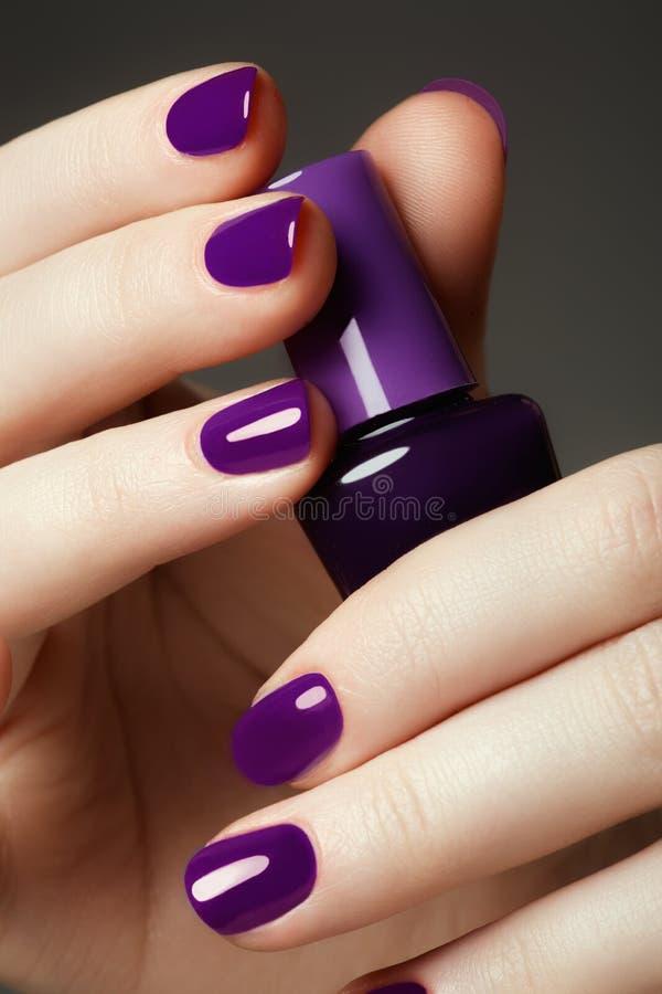 Frasco do lustrador de prego Mãos da beleza Nai colorido à moda na moda foto de stock royalty free