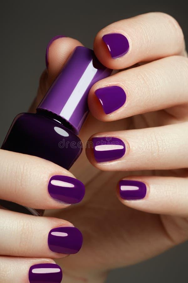 Frasco do lustrador de prego Mãos da beleza Nai colorido à moda na moda fotos de stock