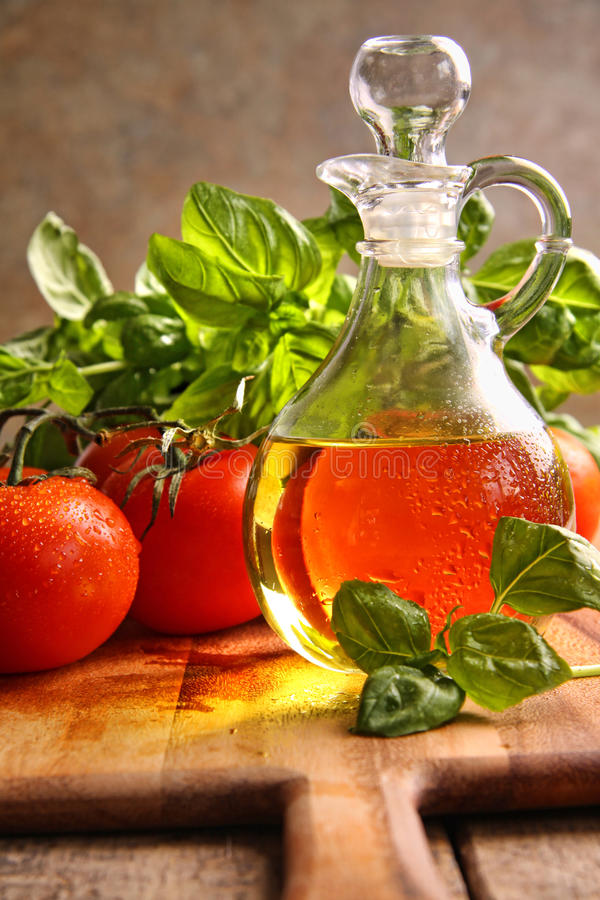 Frasco do petróleo verde-oliva com vegetais imagem de stock royalty free