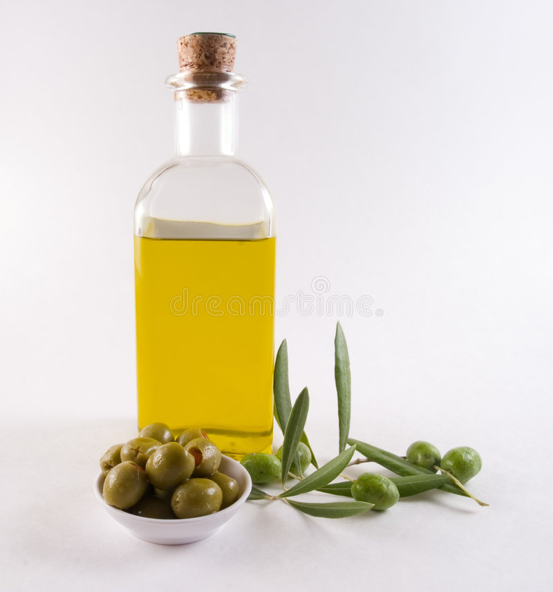 Frasco do petróleo verde-oliva e das azeitonas fotografia de stock