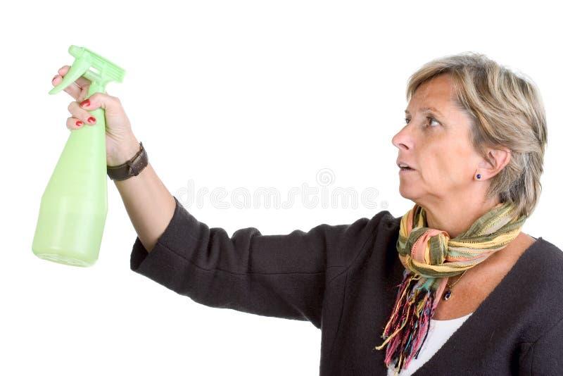 Frasco do pulverizador da terra arrendada da mulher fotografia de stock