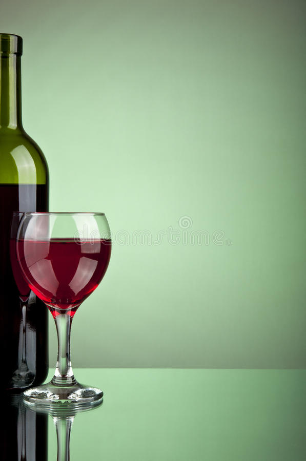 Frasco do vinho e do vidro fotos de stock royalty free