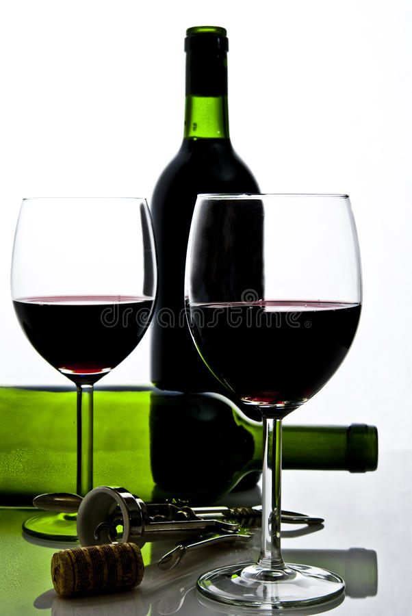 Frasco do vinho e dos wineglasses imagens de stock royalty free
