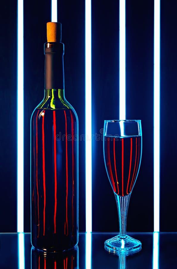 Frasco do vinho vermelho com um vidro imagens de stock