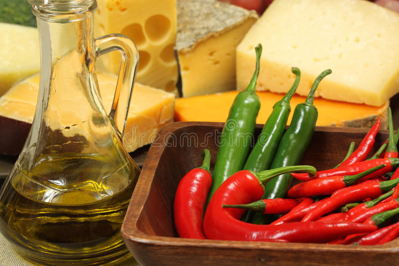 Frasco e pimentas verde-oliva foto de stock