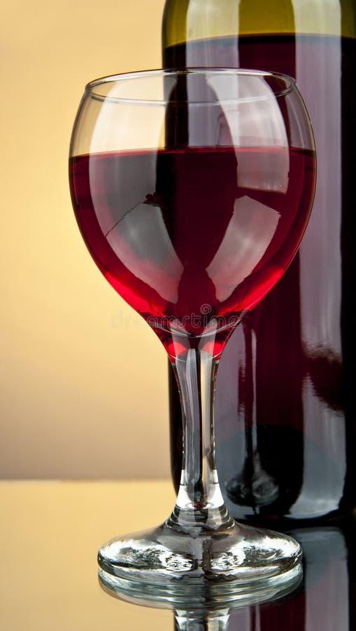 Frasco e um vidro do vinho fotografia de stock