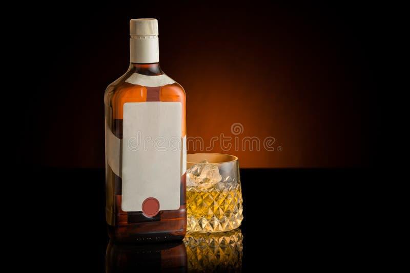 Frasco e vidro de uísque Etiqueta do branco e da placa imagem de stock royalty free