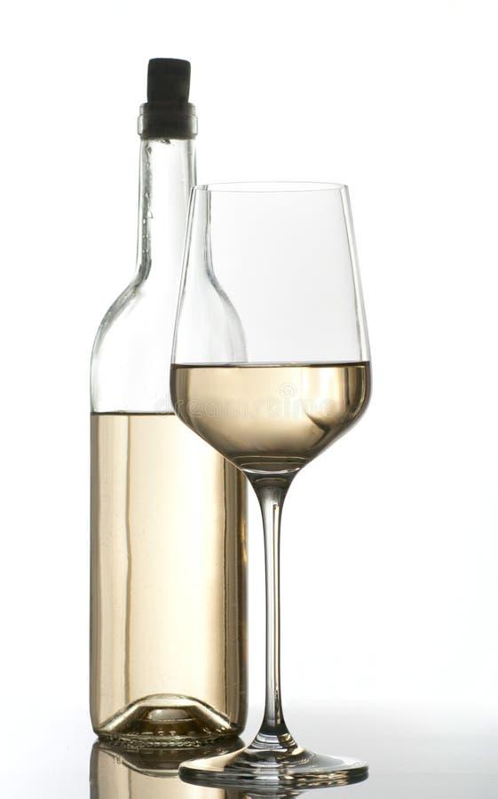 Frasco e vidro do vinho branco fotografia de stock royalty free