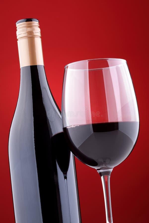 Frasco e vidro do vinho vermelho foto de stock