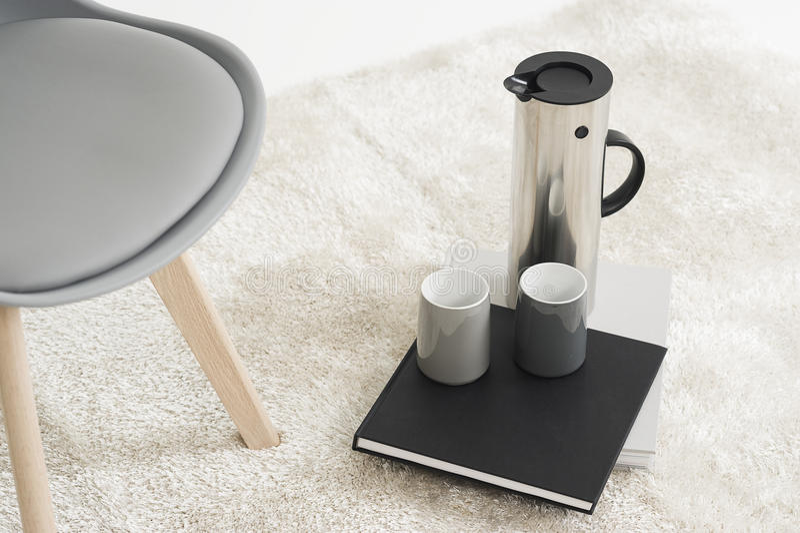 Frasco elegante del metal con las tazas de café imagen de archivo