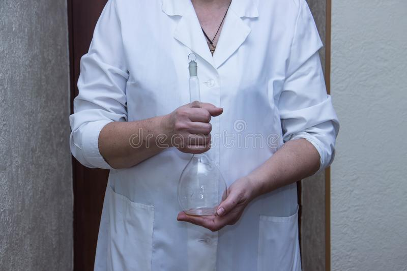 Frasco médico de fondo plano en las manos de un doctor foto de archivo libre de regalías