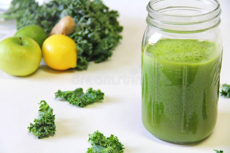 Frasco verde do suco foto de stock
