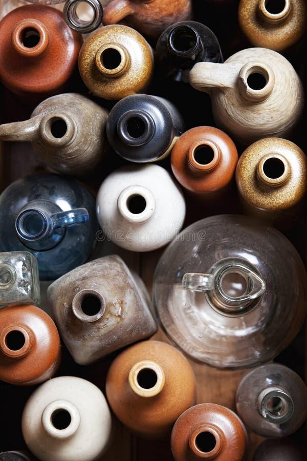Frascos cerâmicos e de vidro velhos. foto de stock royalty free