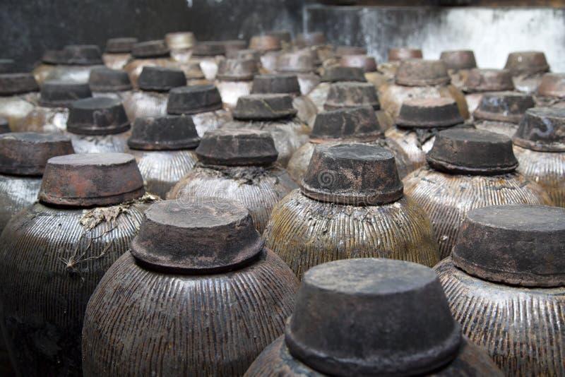 Frascos cerâmicos na destilaria fotos de stock