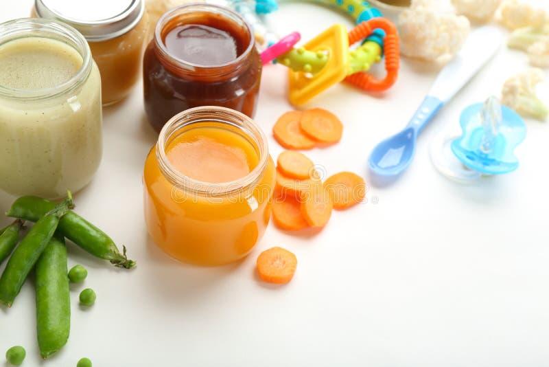 Frascos com comida para bebê saboroso fotografia de stock royalty free