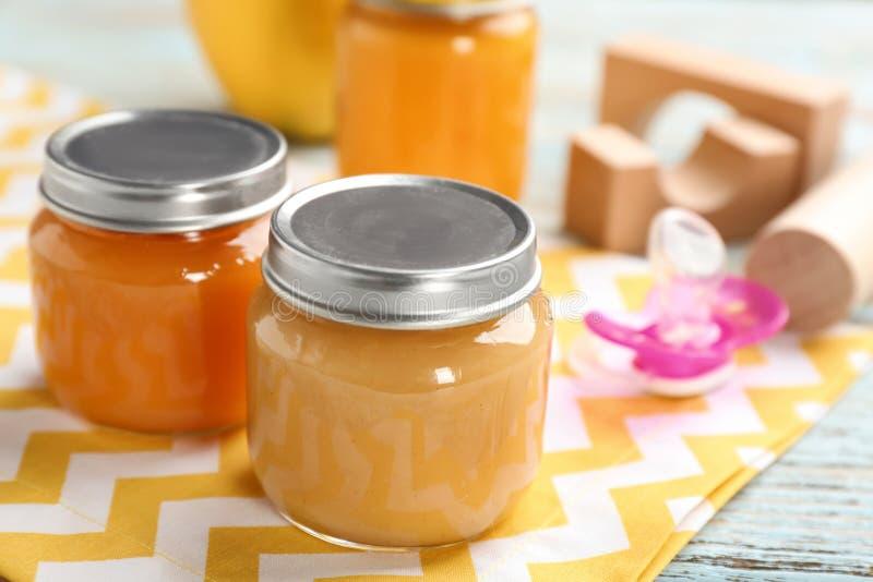 Frascos com comida para bebê saudável imagem de stock royalty free