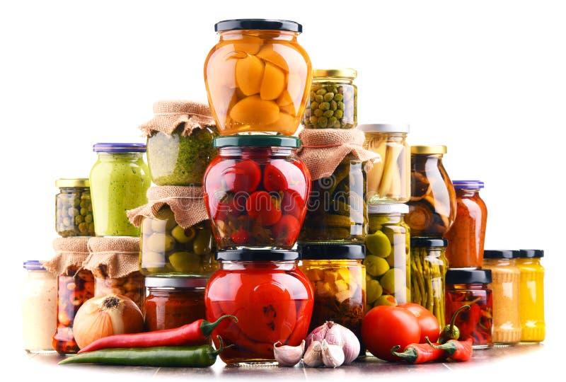 Frascos com variedade de vegetais conservados isolados no branco fotografia de stock royalty free