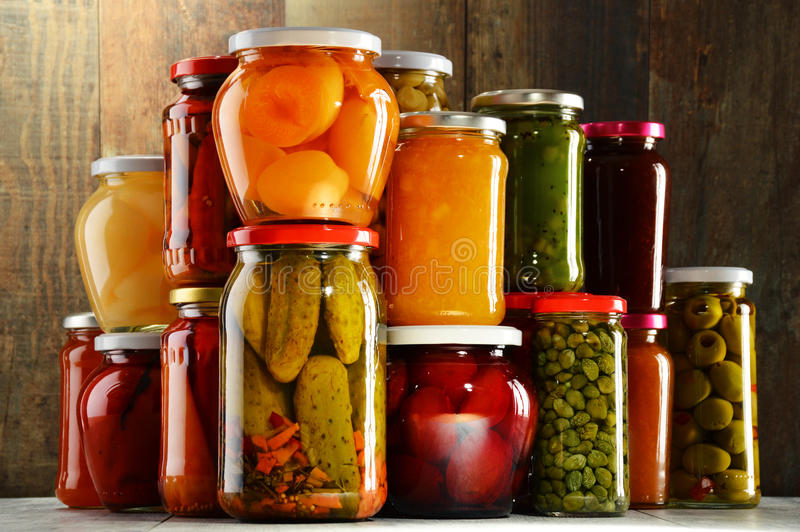Frascos com vegetais conservados, compotas frutados e doces fotos de stock royalty free