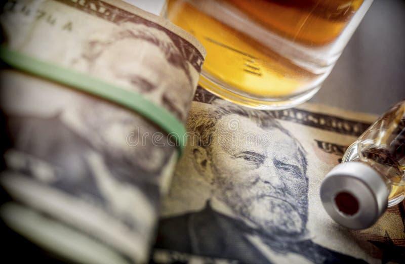 Frascos con diversas sustancias sobre dólar imagenes de archivo