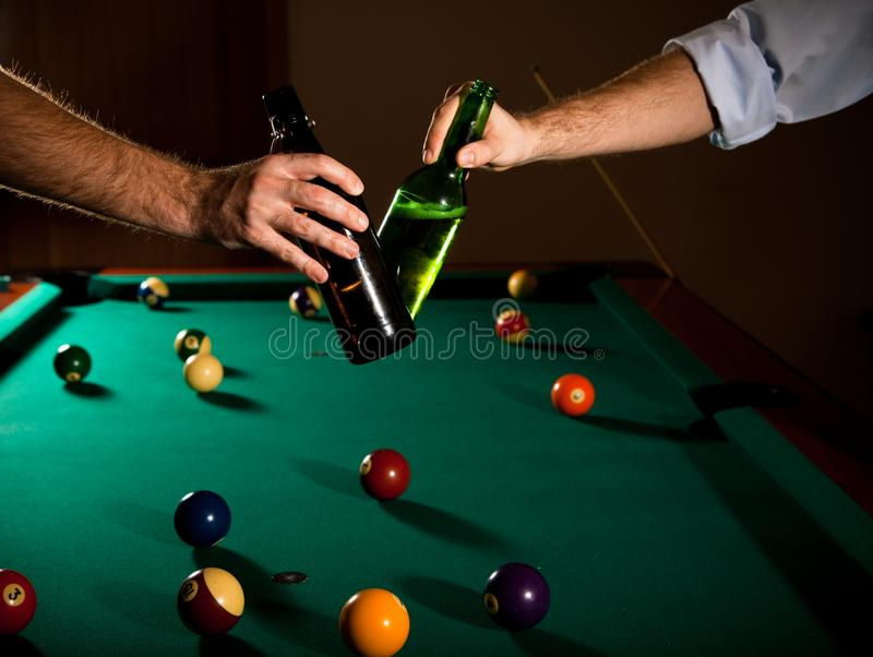 Frascos de cerveja Clinking no snooker imagens de stock royalty free