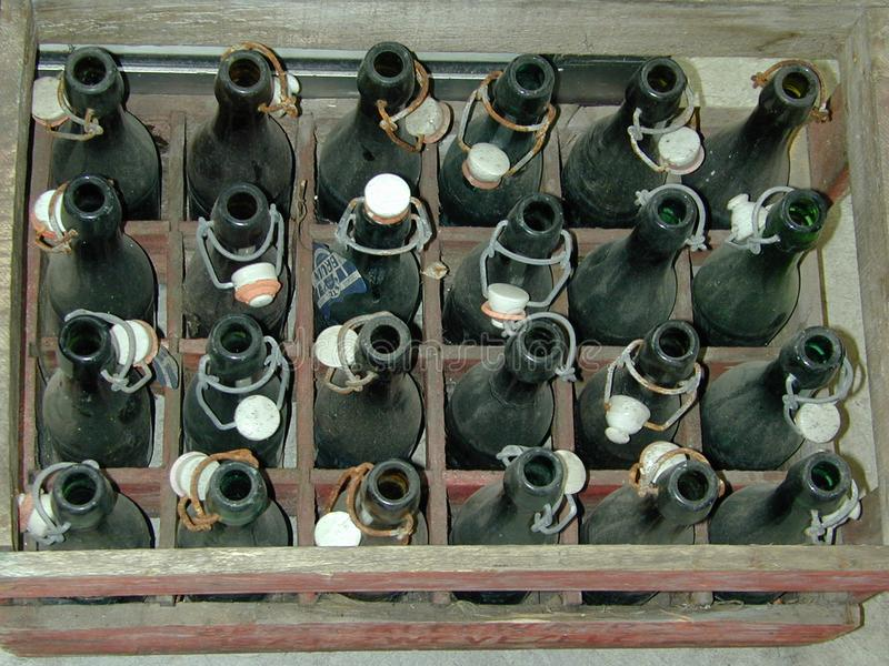 Frascos de cerveja velhos foto de stock royalty free