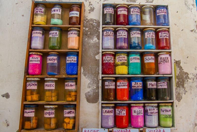 Frascos de cores diferentes da tintura em Marrocos imagem de stock