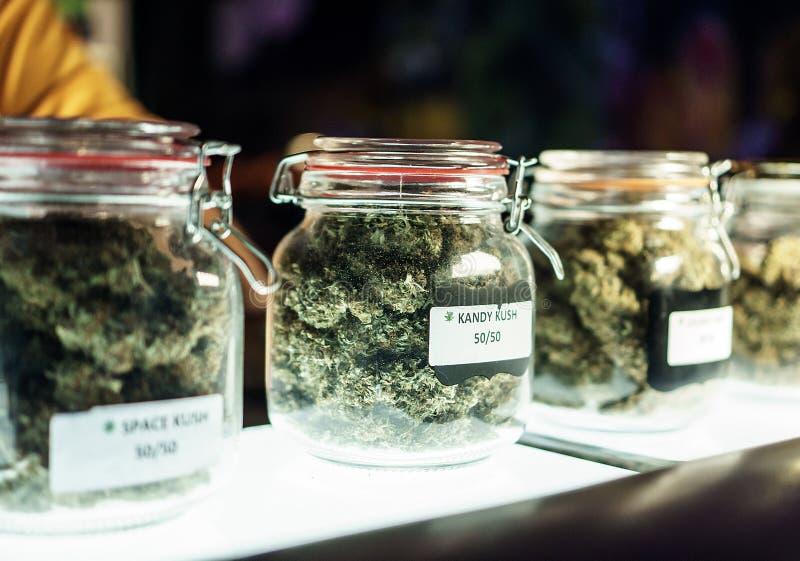Frascos de flores do cannabis foto de stock