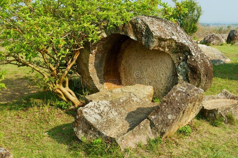 Frascos de pedra antigos quebrados em uma planície do local #1 dos frascos perto de Phonsavan, província de Xienghouang, Laos fotografia de stock royalty free