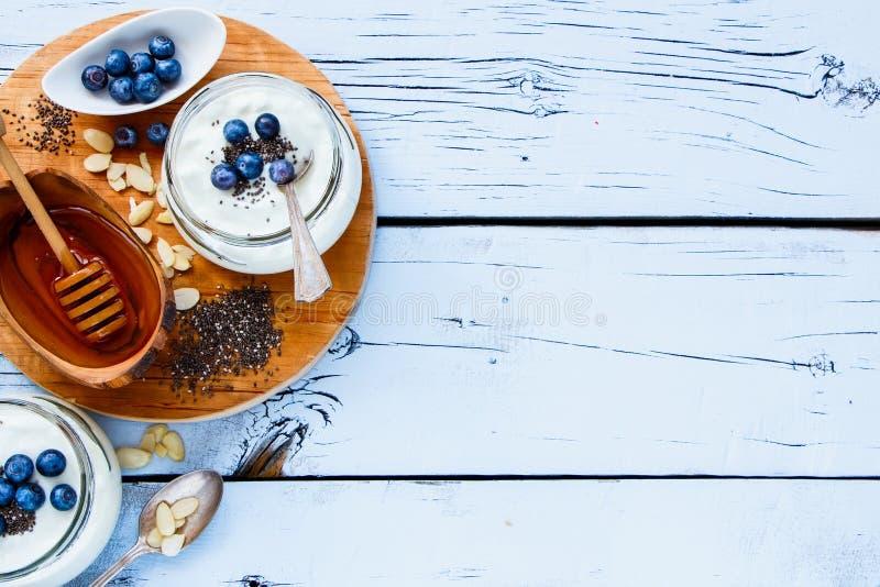 Frascos de pedreiro do iogurte imagem de stock royalty free