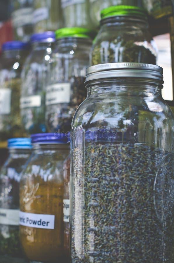 Frascos de pedreiro de especiarias frescas para a venda no mercado fotos de stock