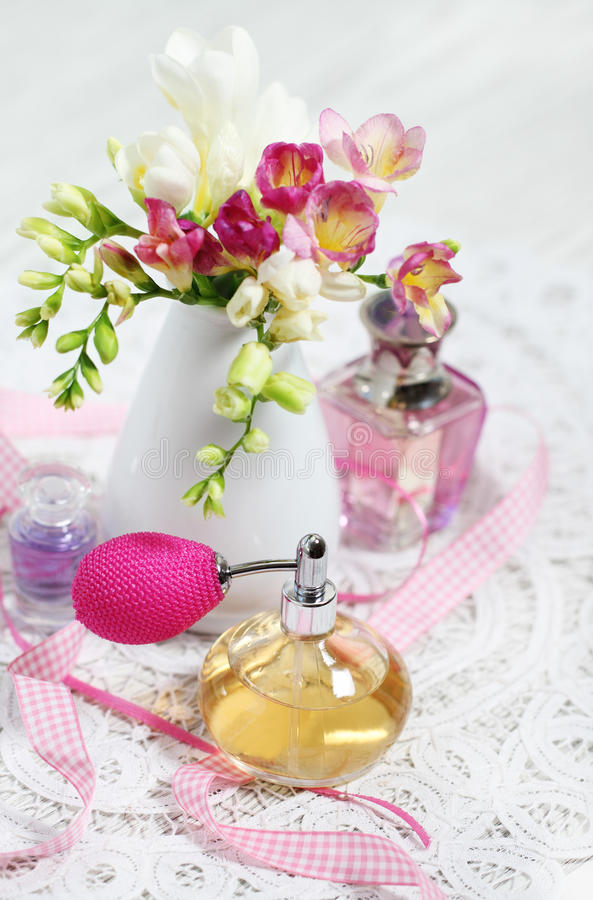 Frascos de perfume do vintage fotografia de stock royalty free