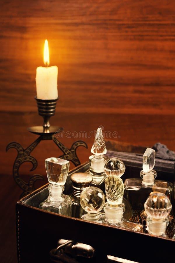 Frascos de perfume de velas y vintage foto de archivo libre de regalías