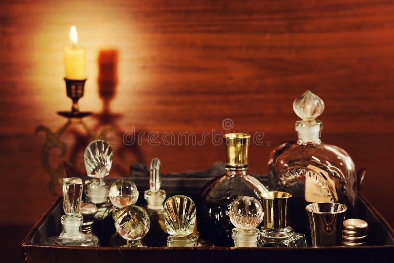 Frascos de perfume de velas y vintage imagen de archivo libre de regalías