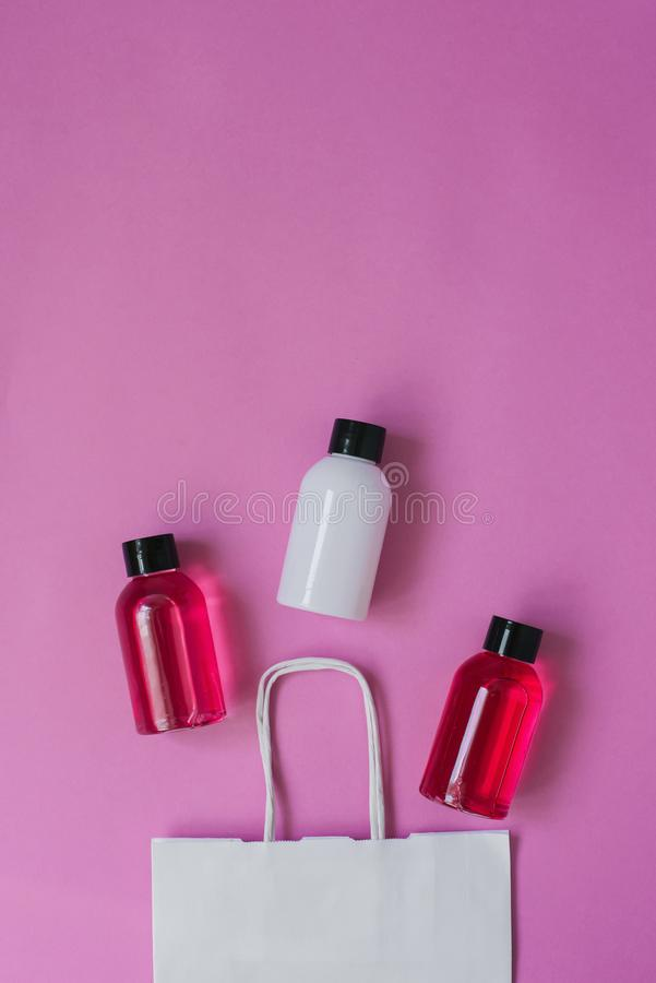 Frascos de productos cosméticos con productos cosméticos para el cuidado de la piel o para el cabello vista superior con espacio  fotografía de archivo libre de regalías