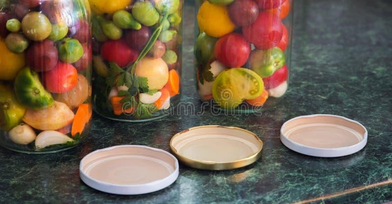 Frascos de vegetais conservados Alimento posto de conserva tradicional - tomatoe fotografia de stock royalty free
