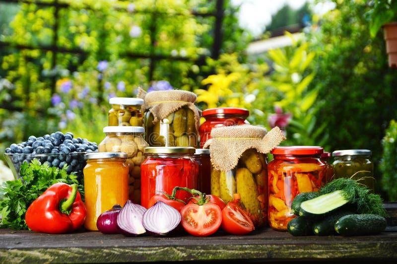 Frascos de vegetais conservados no jardim Alimento psto de conserva fotos de stock royalty free