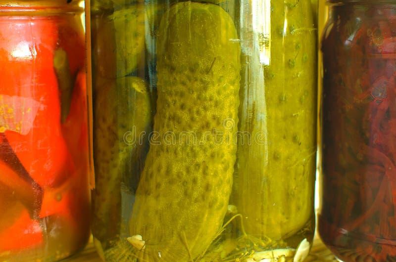 Frascos de vegetais conservados orgânicos imagens de stock