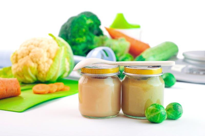 Frascos de vidro com comida para bebê natural na tabela imagem de stock royalty free