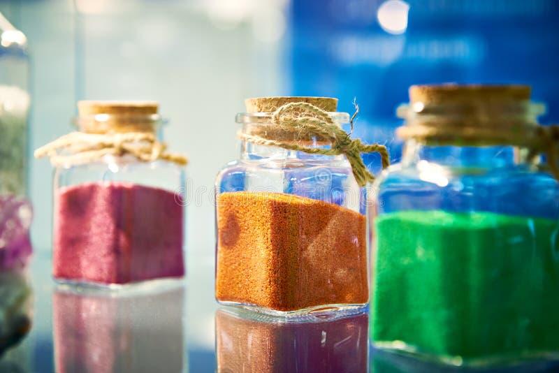 Frascos de vidro com os grânulo das tinturas imagens de stock