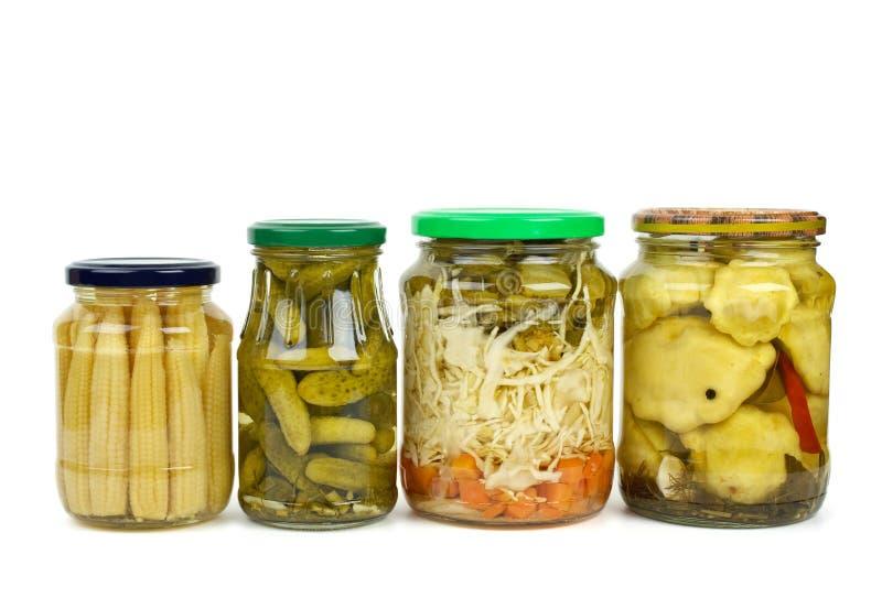 Frascos de vidro com vegetais pstos de conserva imagem de stock