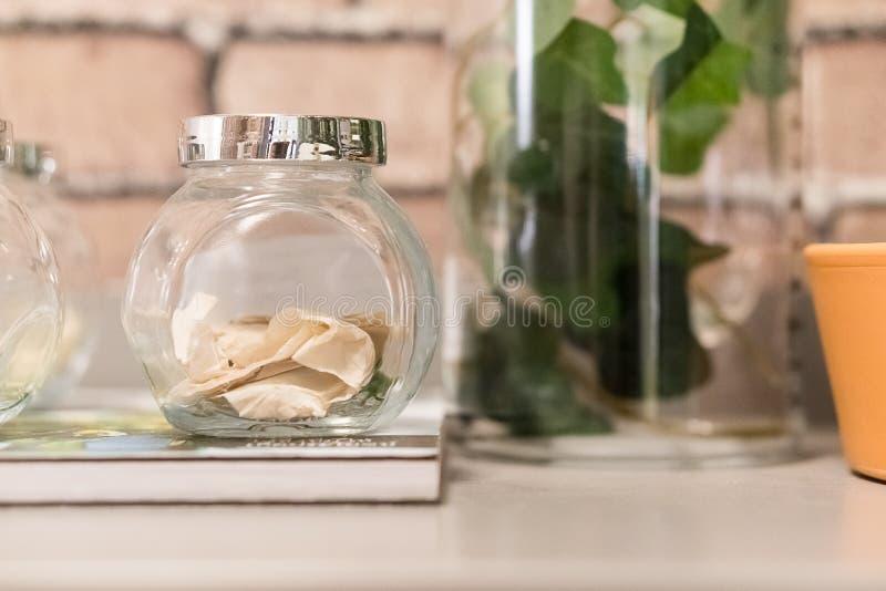 frascos de vidro decorados para a decoração home imagem de stock