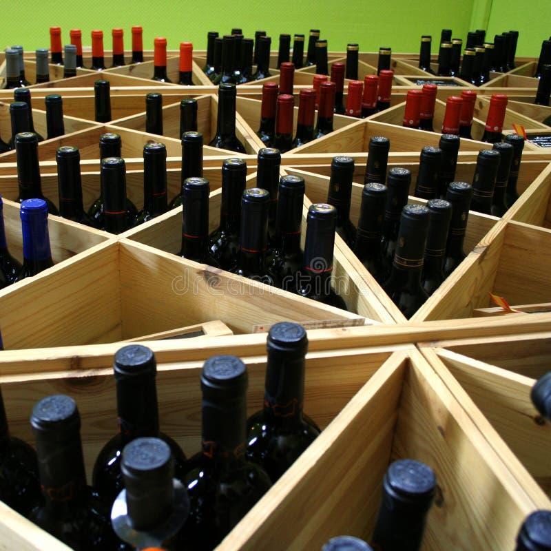 Frascos de vinho na prateleira fotografia de stock