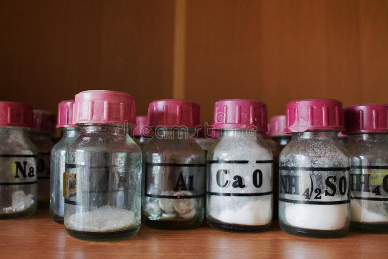 Frascos del tubo de ensayo y reactivo químicos en el laboratorio imagen de archivo libre de regalías