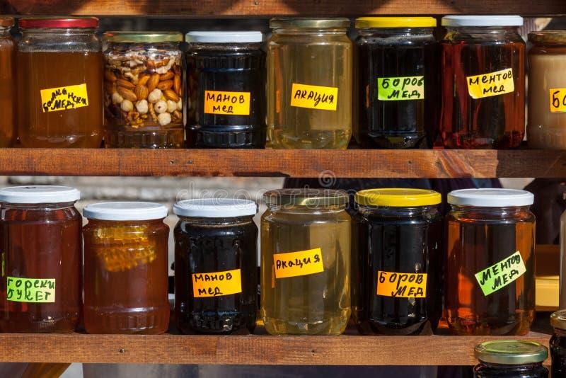 Frascos do mel búlgaro natural imagens de stock royalty free