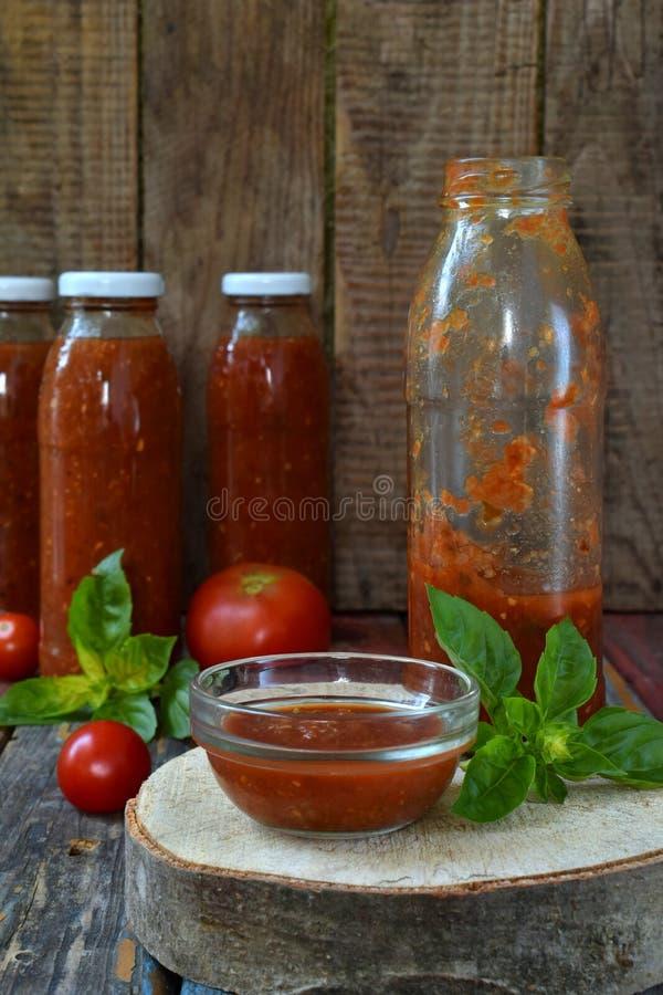 Frascos do molho de tomate com pimentão, pimenta e manjericão Molho, passata, lecho ou adjika bolonhês preservação enlatar fotos de stock