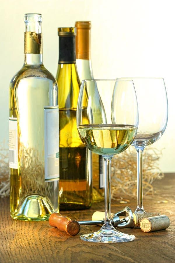Frascos do vinho branco com vidros imagens de stock royalty free