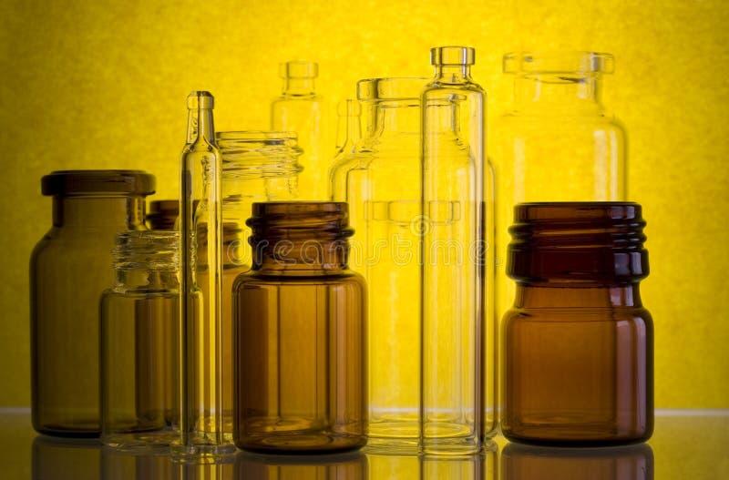 Frascos farmacéuticos en amarillo   imagen de archivo libre de regalías