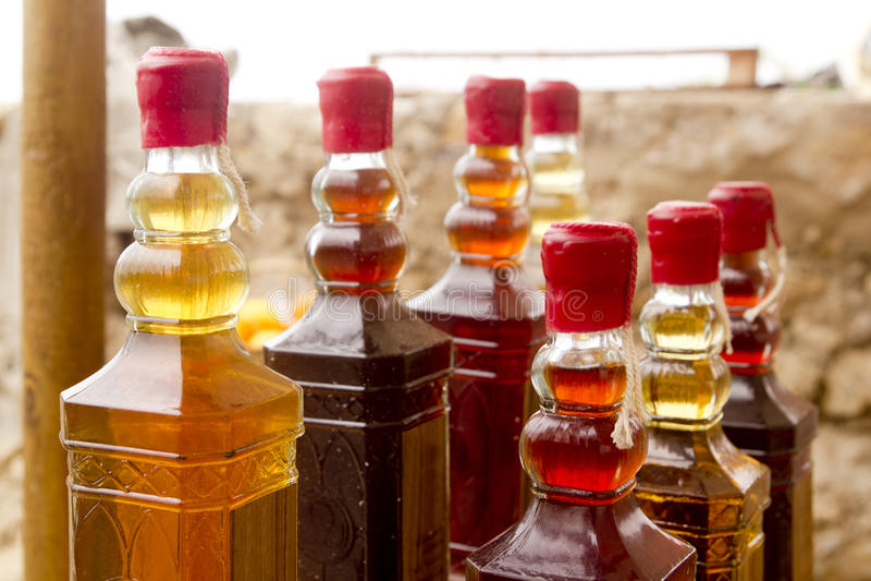 Frascos tradicionais coloridos do licor nas fileiras imagem de stock